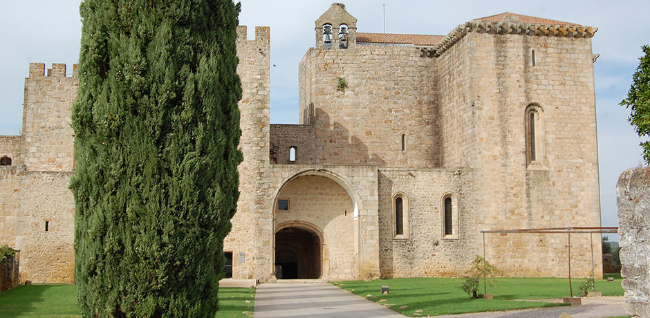 The Monastery of Santa Maria de Flor da Rosa, in the small Alentejo town of Crato, was first constructed in the 14th century. Today it is home to a pousada, one of Portugal's government-run hotels that tend to be set in historic structures like castles, palaces or convents.